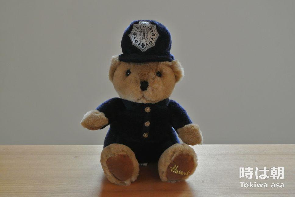 警官の扮装をしたハロッズのクマのぬいぐるみ